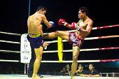 CHANG, THAILAND - FEB 22: Unidentified Muay Thai Kämpfer in einem Amateur Kickbox-Match, Fe konkurrieren