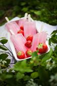 pic of popsicle  - Pink popsicles with fresh strawberries - JPG