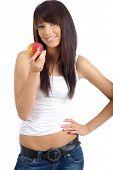 schöne, junge Frau einen roten Apfel Essen. hintrgrund isoliert weiß