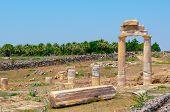 Antike Säulen und Bogen.