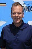 BURBANK - 11 de JUN: Kiefer Sutherland no terceiro anual SAG Foundation Golf Classic na margem do Lago ir