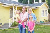Casa de la familia de pie exterior suburbano