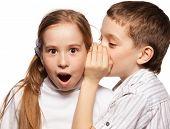 Junge flüstert Madchen in das Ohr-Geheimnis. Kinder-Klatsch