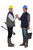 Trabajadores de la construcción saludándose