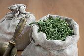 Hierbas secas en bolsas de lino