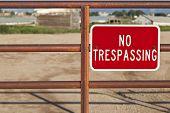 vermelho sem invasão assinar um portão de ferro com fora fazenda foco construção atrás