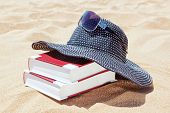 image of panama hat  - Panama for the sun with books to read on the beach - JPG