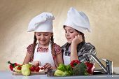 Kinder Schneiden von Gemüse für einen Salat nach dem Waschen in der Wanne