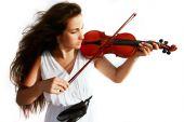Постер, плакат: Привлекательная девушка играет скрипка над белой