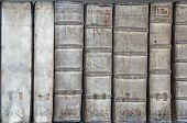 Detalhe de backbones de livro antigo - tomos sobre medicina em latim