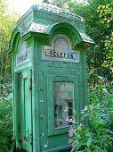 Vieja caja de teléfono en Helsinki (Finlandia)