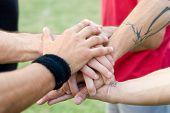 Mãos de esportes do grupo de acrobatas