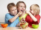 Familia feliz con ensalada de frutas
