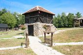 Etno de madera tradicional casas con base de piedra.Velika Plana. Europa Oriental - Serbia