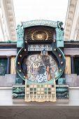berühmten astronomischen Uhr in Wien von Franz Matsch 1912-1914 bei Hoher Markt gebaut. jede Stunde ein