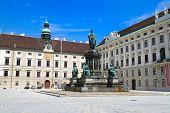 Постер, плакат: Памятник в патио Хофбург императорского дворца в Вене Австрия