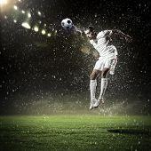 Imagen de jugador de fútbol en el estadio de golpear la bola