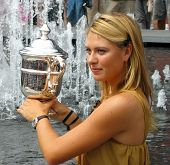 US Open 2006 Champion Maria Sharapova hält US Open Trophy nach ihrem Sieg im Damen-Finale