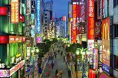 Tokio - el 17 de diciembre: Vida nocturna en 17 de diciembre de 2012 de Shinjuku en Tokio, JP. La zona es una famosa noche
