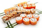 Set de sushi - diferentes tipos de Maki Sushi. Servido sobre hojas verdes