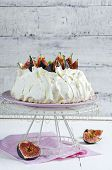Pavlova with figs and whipped cream