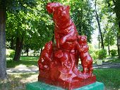 Sculpture-bear with cubs in red