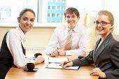 Empresarios en una reunión en la oficina