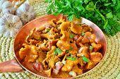 Hausgemachte Speise der Pfifferlinge gedünstet mit geräuchertem Speck, Knoblauch und provenzalischen Kräutern