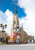 Novi Sad, Serbien-Juni 7. Schöne junge Frau mit Ballons am Juni 7,2013 in Novi Sad, Serbria.