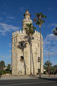 Sevilla, España - 16 de mayo: La Torre del Oro (Torre del oro) el 16 de mayo de 2013 en Sevilla, España. La torre