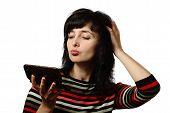 schöne Frau klopft ihr Haar, isoliert auf weiss