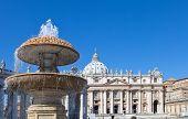 Vaticano. Una fuente antes de la Catedral de San Pedro