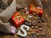 Saint Nicholas tas met geschenken en behandelt