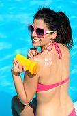 Mulher engraçada aplicando filtro solar no verão