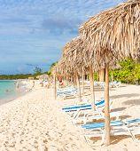 Regenschirme und aus Schwerpunkt Personen an einem Strand in Cayo Coco (Coco Schlüssel), eine natürliche Reiseziel