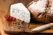 Hogaza de pan y queso azul con grosella