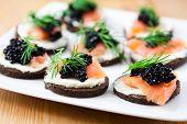 Deliciosos canapés con salmón y caviar