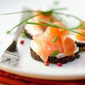 Delicioso snack con salmón ahumado