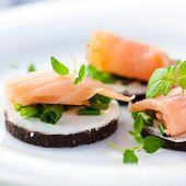 Pumpernickel con salmón ahumado
