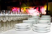 Vazias limpo comerciais placas brancas e vidro stemware antes tempo de festa