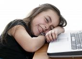 junges Mädchen Einschlafen während der Arbeit auf dem laptop