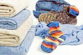 Toallas limpias y ropa de suciedad