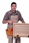 Un carpintero que trabaja en una puerta del armario.
