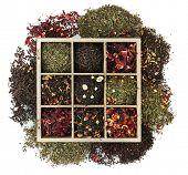 variedade de chá seco em caixa de madeira, isolado no branco