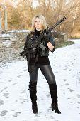 Sexy loira jovem com uma arma