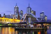Melbourne Skyline in de schemering