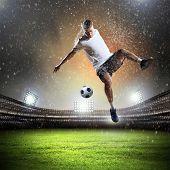 Imagen de jugador de fútbol en el estadio de pelota