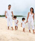 Familia caminar en la playa