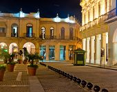 La Plaza Vieja o Plaza Vieja, monumento turístico muy conocido en la Habana Vieja, iluminada por la noche
