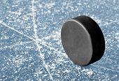 Постер, плакат: черный хоккей шайба на ледовый каток
